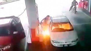 Un auto se incendió mientras cargaban combustible
