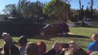 Locura al volante: un senador aplastó un auto con un tanque