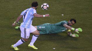 Gonzalo Higuaín pudo definirlo en el primer tiempo pero sumó otra pifia en una final