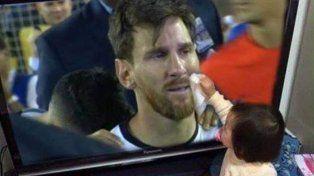 La foto viral de la niña que secó las lágrimas de Messi