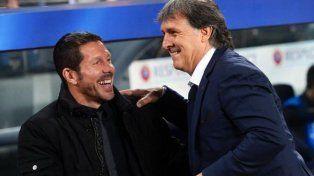 Simeone y Martino juntos. Se cruzaron cuando el Tata era el entrenador del Barcelona.