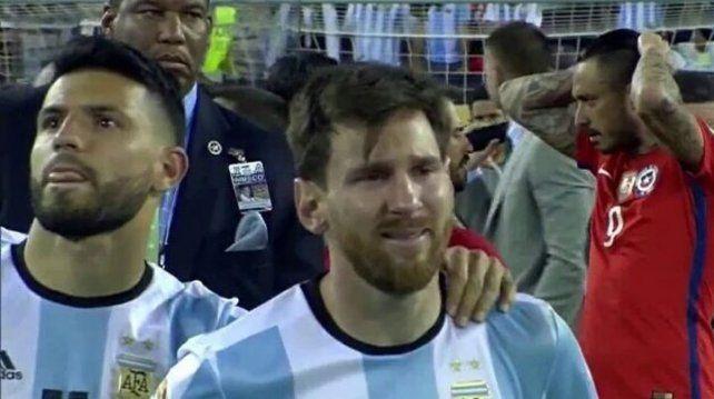 Insólito: mirá lo que hacía el Kun mientras Messi lloraba