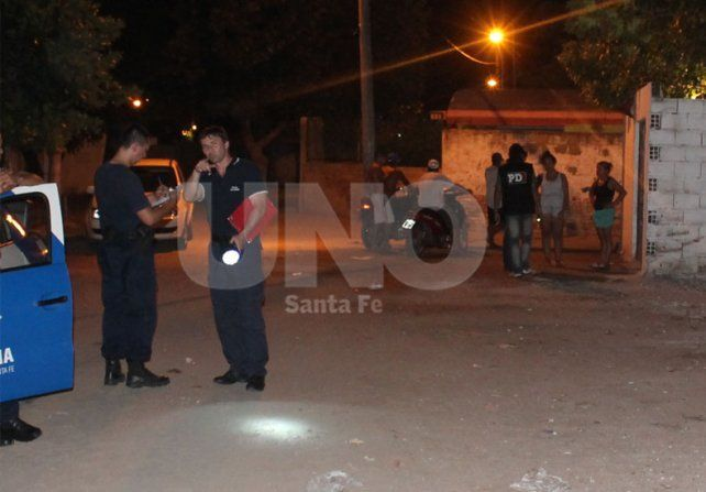 De noche. La balacera sucedió en la vereda de una casa en Estrada al 1400.