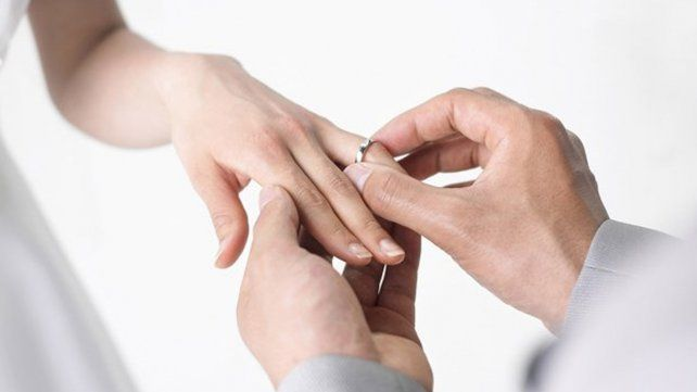 Se terminó de casar en el hospital por las contracciones