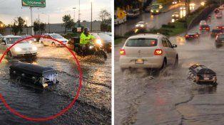 La lluvia arrastró un ataúd por las calles de México