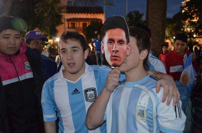 Pese a la lluvia más de 500 personas se congregaron en el Obelisco para pedir por Messi