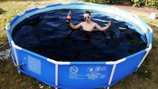 Viral: Youtuber se baña en una piscina con 5.600 litros de Coca Cola