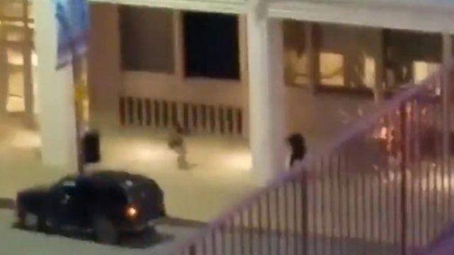 Un video muestra cuando el tirador de Dallas rodea a un policía y lo mata a sangre fría