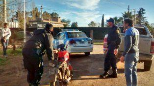 La moto en la que se trasladaban los delincuentes fue secuestrada por la policía.