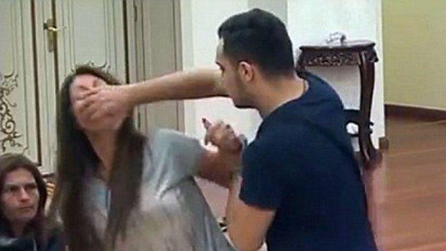 Violenta agresión de un hombre a su mujer en un reality