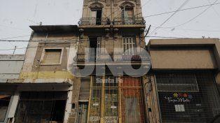Abandonado. El edificio tiene tres pisos y reside una buena cantidad de familias con niños. Es una guarida de terror