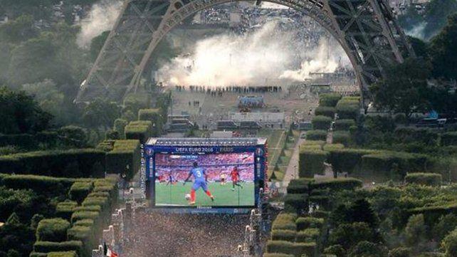 Incidentes entre hinchas y la Policía en la Torre Eiffel por la final de la Eurocopa