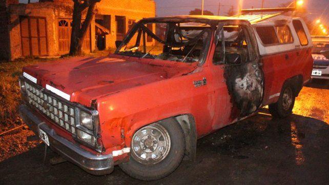 La camioneta incendiada el domingo por la madrugada en la ciudad de Santo Tomé.