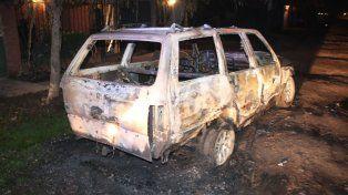 El Fiat Duna Weekend quemado en barrio Barranquitas.