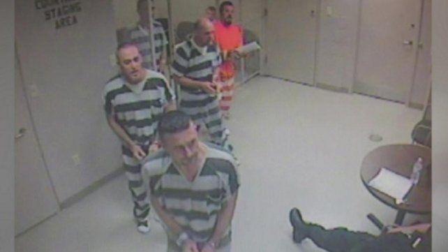 Presos se escaparon de una celda para salvarle la vida a un guardia