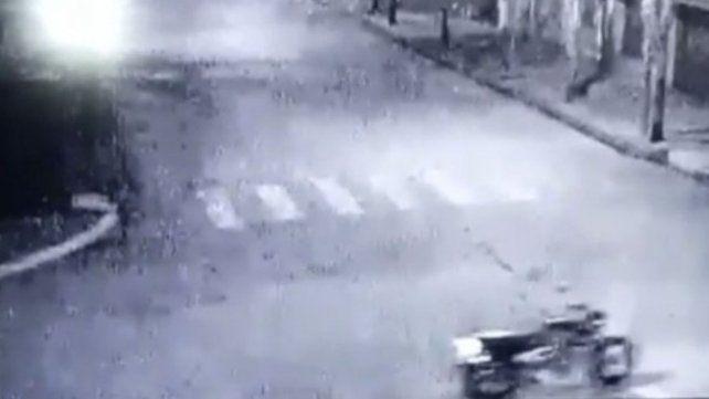 Una moto que anda sola fue grabada por una cámara frente a una casa velatoria