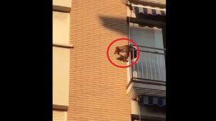 Tras ser encerrado por horas en un balcón se lanzó al vacío