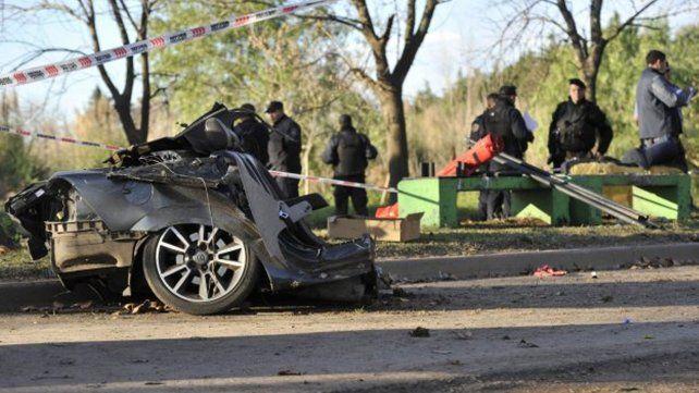 Roban un auto, los persigue la policía y se matan al estrellarse contra un árbol