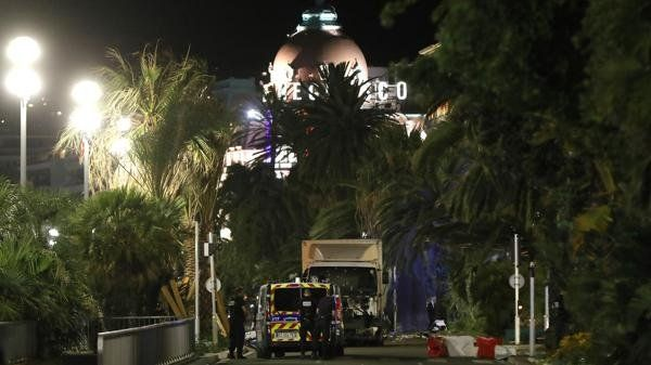 El camión del ataque rodeado de efectivos de la policía de Niza (AFP)