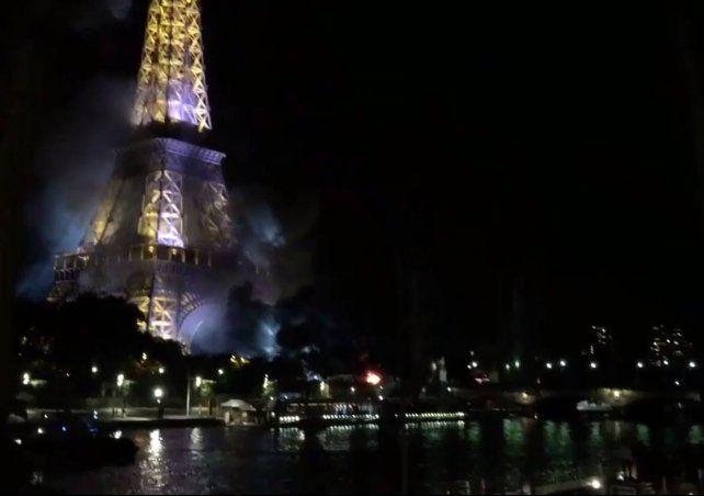 Después del atentado en Niza, hubo un incendio frente a la torre de Eiffel