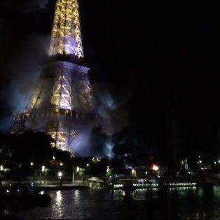 despues del atentado en niza, hubo un incendio frente a la torre de eiffel