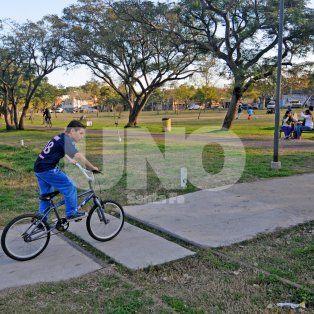 Intensa. Es la afluencia de personas al parque, que llegan en familia o solos para hacer deportes.
