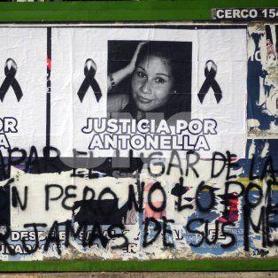 En la panadería. Los familiares este miércoles recordaron a la joven y pegaron su foto en las maderas que tapan el frente del local.