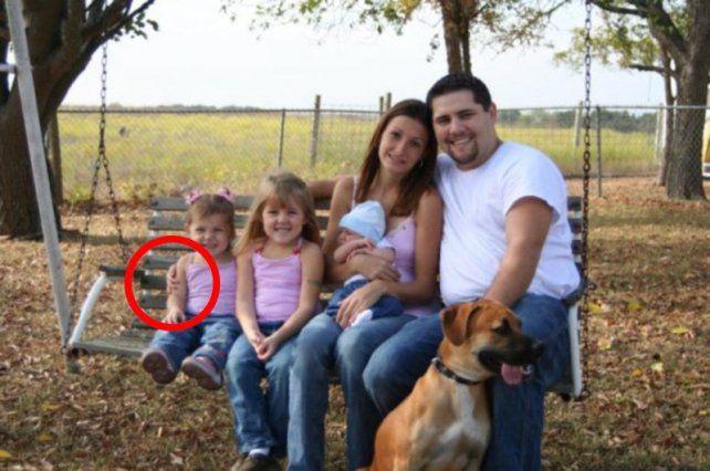 Parece la foto de una familia común pero esconde algo muy raro