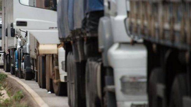 Un paro de transporte de cargas dificulta la llegada de granos a puertos de la región