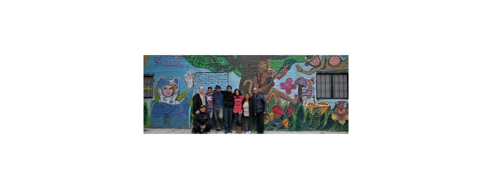 Con una intervención artística, los jóvenes del barrio renovaron la fachada de la Vecinal Scarafía