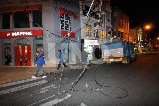 Un camión enganchó un tendido de cables y generó demoras en el microcrento
