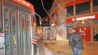 Así desviaba su recorrido un colectivo de la línea 18 hacia calle Tucumán para esquivar los cables caídos.