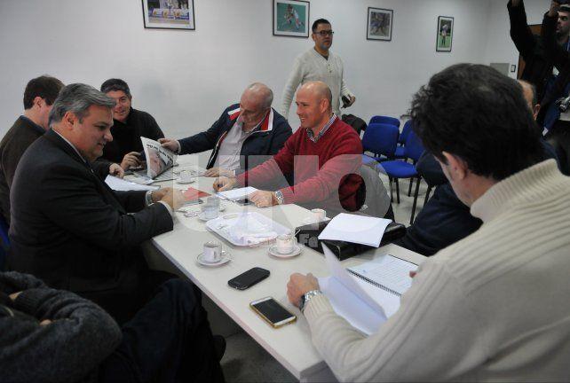 Spahn leyendo Diario UNO de su edición de este miércoles