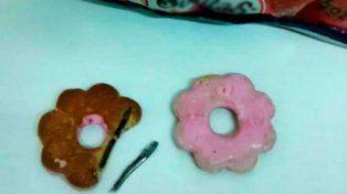 Merendaba con su sobrina y encontró un clavo dentro de una galletita