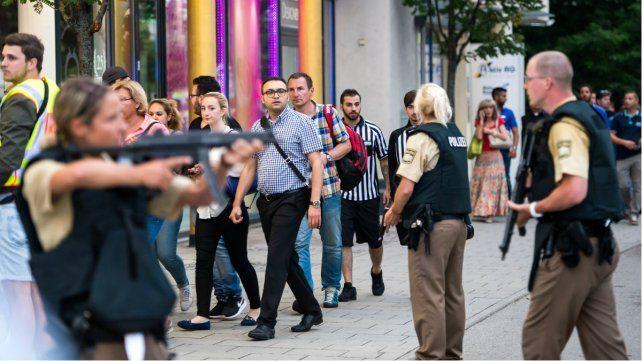 Alerta. Fuerzas especiales se concentran frente al local de comida rápida