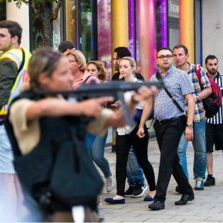 Alerta. Fuerzas especiales se concentran frente al local de comida rápida, donde ocurrió el tiroteo.