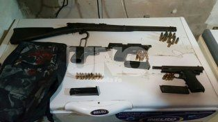 San Lorenzo: secuestraron un arsenal de cinco armas de guerra y decenas de balas