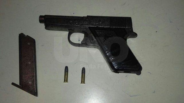 Gozaba de libertad condicional y lo aprehendieron con un arma cargada