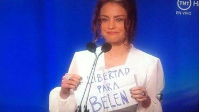Todos hablan de Dolores Fonzi por mostrar un cartel en la TV mundial