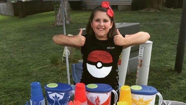 Una nena gana 200 dólares diarios al vender limonada en una poképarada frente a su casa