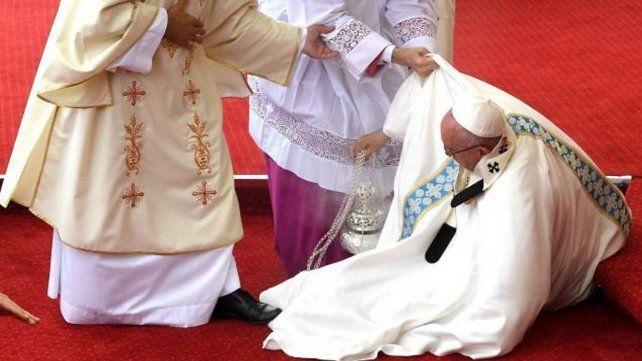 El papa Francisco se cae durante una misa en Polonia