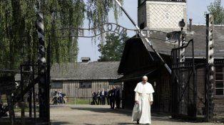 El papa Francisco pidió perdón por tanta crueldad al visitar el campo de exterminio Auschwitz
