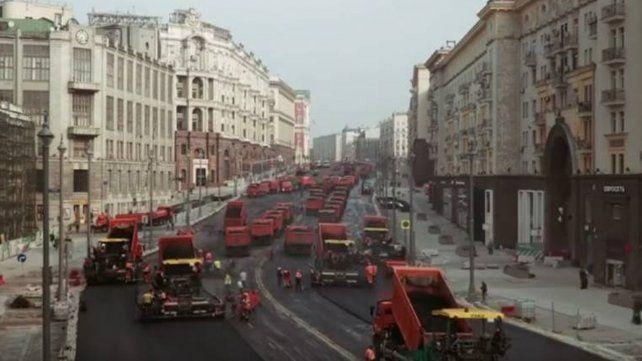 Trescientas máquinas para asfaltar una calle en Moscú