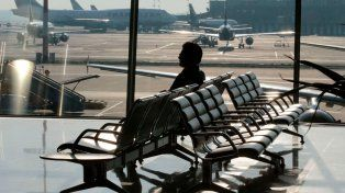 Terminó en el hospital tras esperar en un aeropuerto a una mujer a la que había citado y nunca llegó