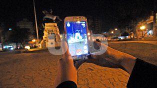 Una pokesantafesina a la caza de Squirtle a metros del monumento San Martín entre las calles 9 de julio y Primera junta