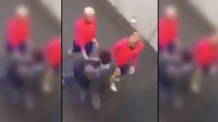 Un hincha saltó desde tres metros para saludar a Messi pero recibió un terrible tackle