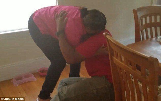Volvió a ver a su mamá después de 10 años y no vas poder creer su reacción
