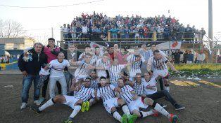 Todo el plantel campeón del Apertura posa frente a la tribuna del Cacique