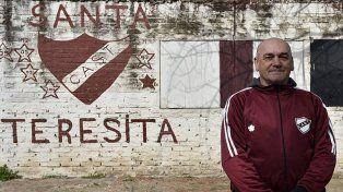 Álvaro le da contención a cientos de chicos en la zona norte de Rosario.
