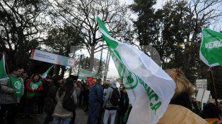 Movilización. El martes protestaron unas 500 personas frente a la sede del Ministerio